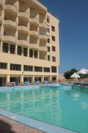 Les Rois: Наш бассейн, в дальней части которого также есть лягушатник для деток))