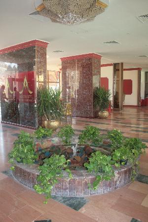 Les Rois : Холл отеля, с небольшим но симпатичным фонтанчиком))