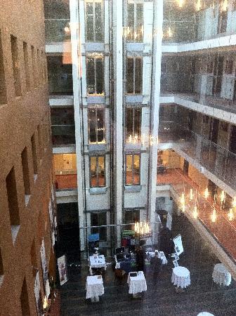 โรงแรมอวาลอน: Ausblick auf die Lobby in den Innenhof des Hotels vom Zimmer aus