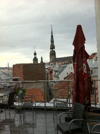 โรงแรมอวาลอน: Ausblick auf die Dachterrasse und die Altstadt