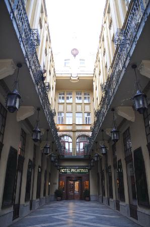 Hotel Palatinus City Center: Entrance to hotel from street level