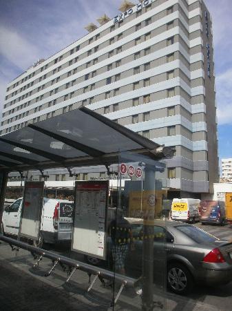 เอ็กซ์โป โฮเต็ลวาเล็นเซีย: front of the Hotel, principal avenue