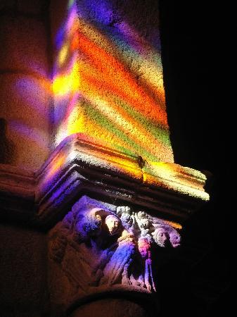 Parador De Santo Estevo: capitel con efecto vidriera (Iglesia Sto.Estevo)