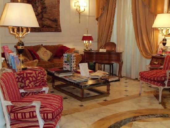 Condotti Palace: lobby area