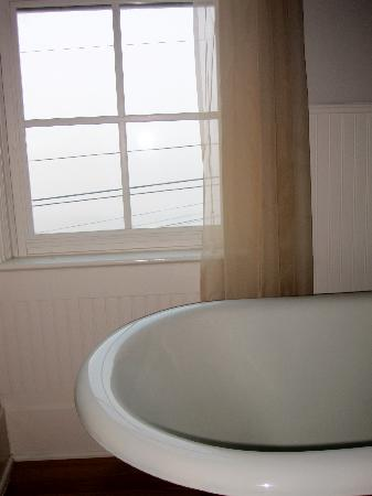 Historic Requa Inn: Tub with a view - room 20