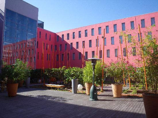 Radisson Blu Hotel, Toulouse Airport: Radisson outside patio