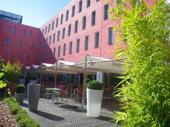 Radisson Blu Hotel, Toulouse Airport: outside restaurant