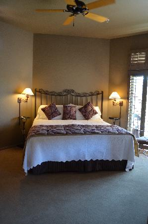 Las Posadas of Sedona: king size bed