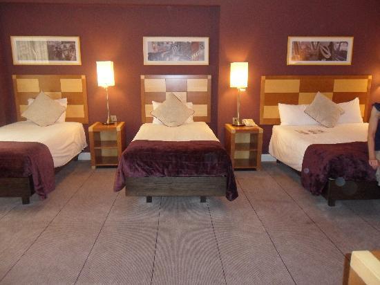 โรงแรมฮิลตัน ลอนดอน แกตวิค แอร์พอร์ต: Our four bedded room