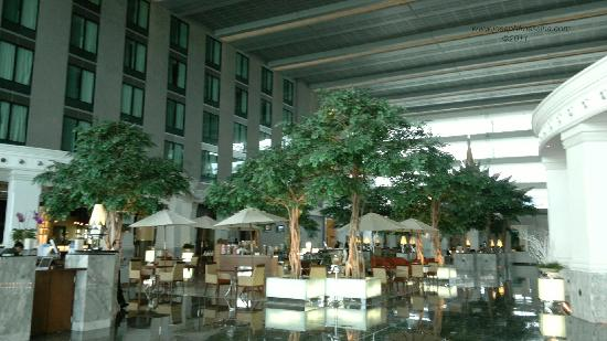 โนโวเทล แบงคอค สุวรรณภูมิ แอร์พอร์ท: Lobby of hotel, largest in Asia.