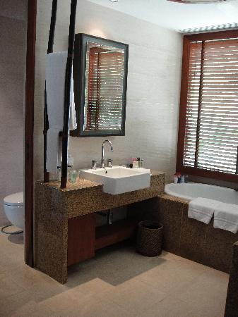 เซ็นทารา แกรนด์ บีช รีสอร์ท แอนด์ วิลล่า: Part of bathroom