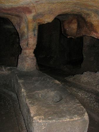 Gilmerton Cove: Table and benches carved out of the cave