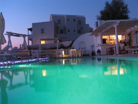 Athermi Suites: SWIMMINGPOOL AND BAR