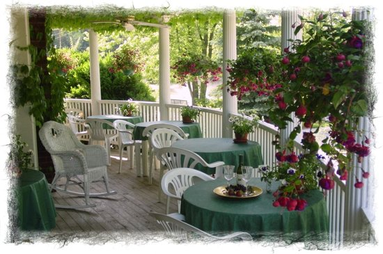 Martha's Vineyard Bed & Breakfast: Our beautiful vine-covered veranda.