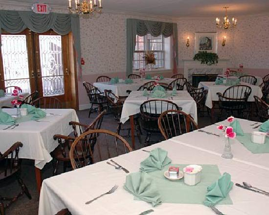 Saxon Inn: Complimentary continental breakfast is offered in our beautiful breakfast room and includes juic