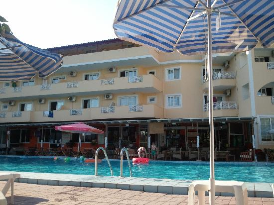 Koukounaria Aparthotel & Suites: view from the sun beds!