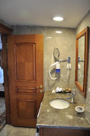 เบสท์เวสเทิร์นพรีเมียร์อะโครพอลสวีสแอ่นด์สปา: Executive Suite Room 505 Bathroom