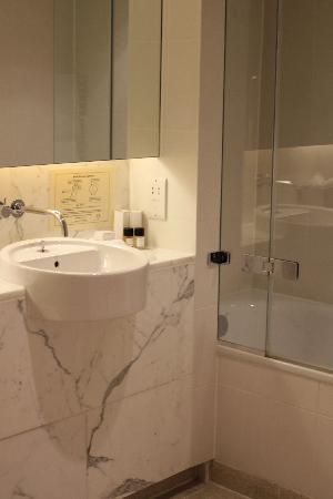 Chandos House: Twin, basement room - bathroom