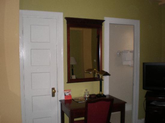 โรงแรมคิงจอร์จ: Room 518, (left door walk-in closet, right door bathroom