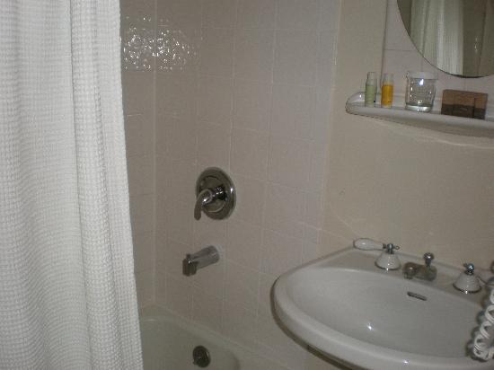 โรงแรมคิงจอร์จ: Room 518 Bathroom