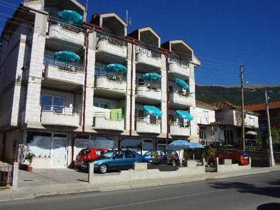 DOREDOJDOVTE vo BAKULE Apartmani-Pestni Ohrid