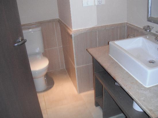 Coral Sea Aqua Club Resort: bathroom