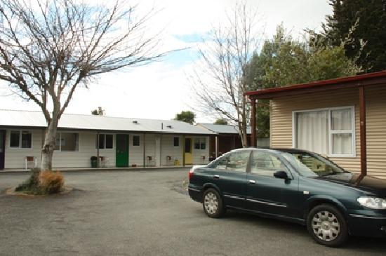 Te Anau Top 10 Holiday Park: Motel (on the left) & Standard Cabin - Large (on the right)