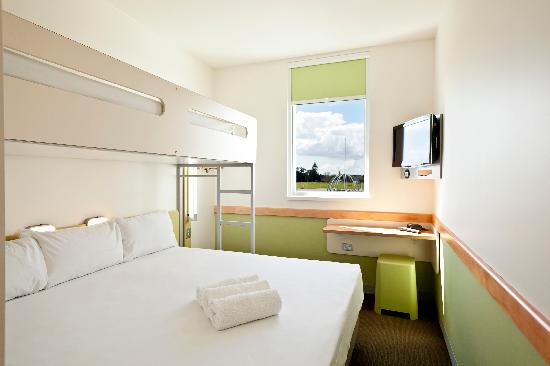 Ibis budget Auckland Airport: King Bed and Single Bunk Bed