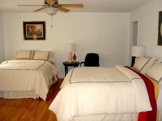 Longnecks: Each spacious room has 2 queen beds, tile or hardwood flooring and luxurious linens.
