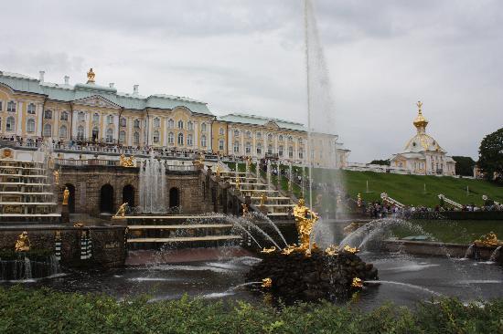 พระราชวังและสวนปีเตอร์ฮอฟ: Samson's fountain