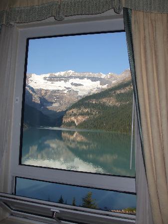 แฟร์มอนต์ ชาโตว์ เลคหลุยส์: View of Lake Louise from our room's lakeview window