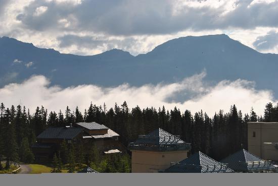 แฟร์มอนต์ ชาโตว์ เลคหลุยส์: View of mountains from our non-lakeview room