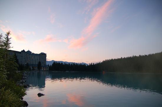 แฟร์มอนต์ ชาโตว์ เลคหลุยส์: Sunrise view of the Chateau from the walking path beside Lake Louise