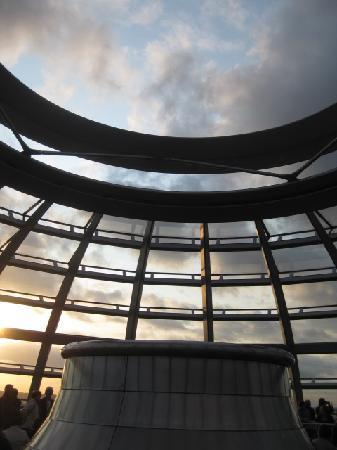 สภาผู้แทนราษฎรเยอรมัน: Parliament dome with open roof