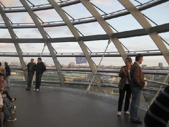 สภาผู้แทนราษฎรเยอรมัน: Inside the dome walkway