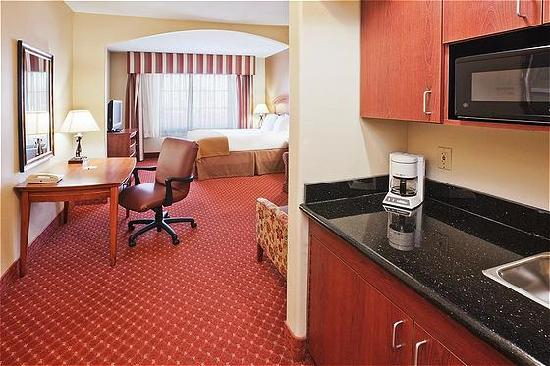 Holiday Inn Express Oklahoma City Airport - Meridian Avenue: Queen Suite