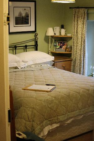 Holly Cottage B&B: Green room