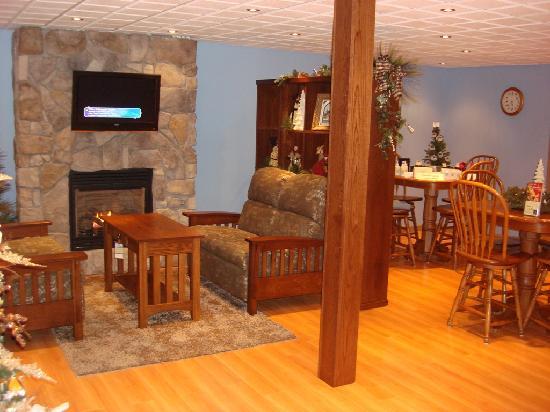 Garden Gate Get-A-Way Bed & Breakfast: Breakfast Room with Fireplace
