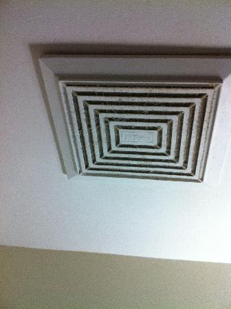 Willies Inn Motel: Grimy ceiling vent in bathroom