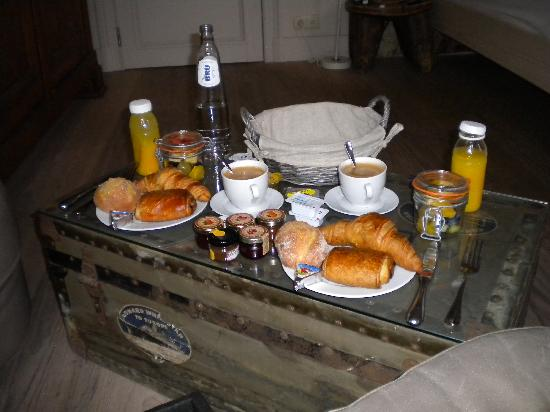 Le Vaudeville - Chambres d'Hotes : Daily breakfast