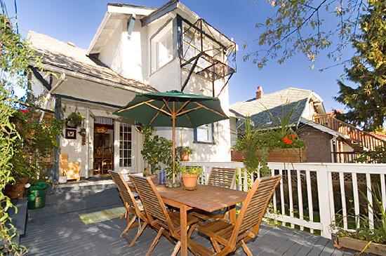 Auld Dublin Guest House: back porch