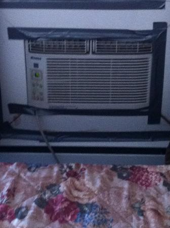 Willies Inn Motel: Dusty a/c unit by bed