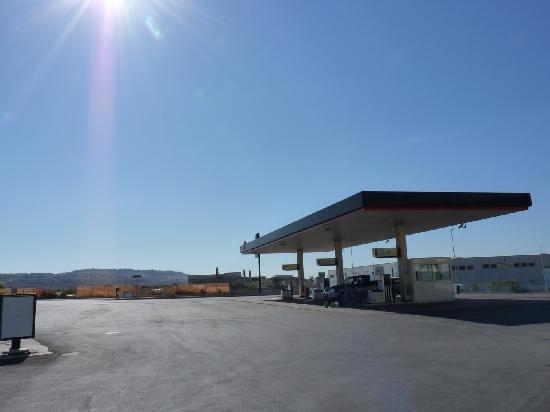 FastmHotel: Gas station in front of hotel
