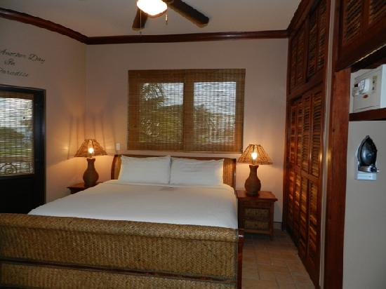 Coco Beach Resort: Master bedrom with attached bath