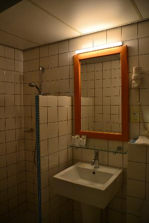 Rho Hotel: bathroom
