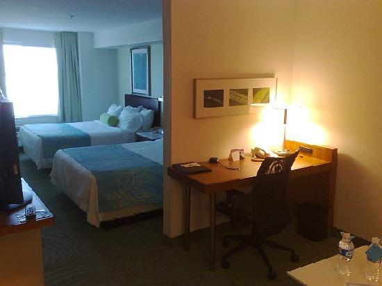 SpringHill Suites Portland Hillsboro: room and work area