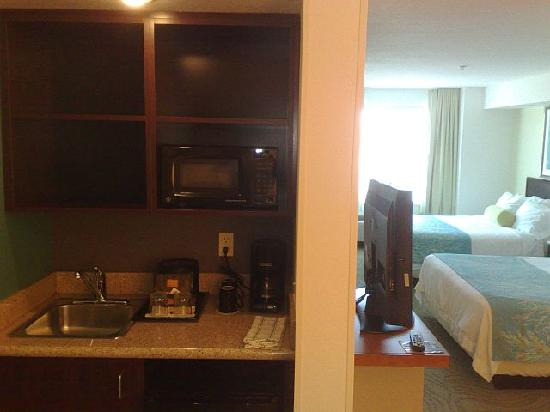 SpringHill Suites Portland Hillsboro: little kitchen area, fridge and micro