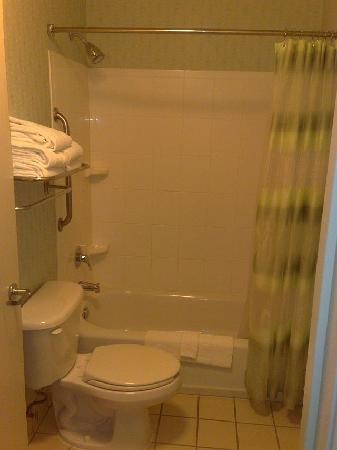 SpringHill Suites Portland Hillsboro: bathroom, still new and clean