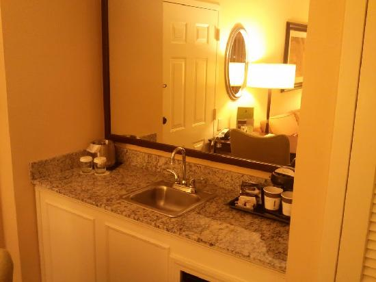 DoubleTree Suites by Hilton Hotel Atlanta - Galleria: Wet Bar