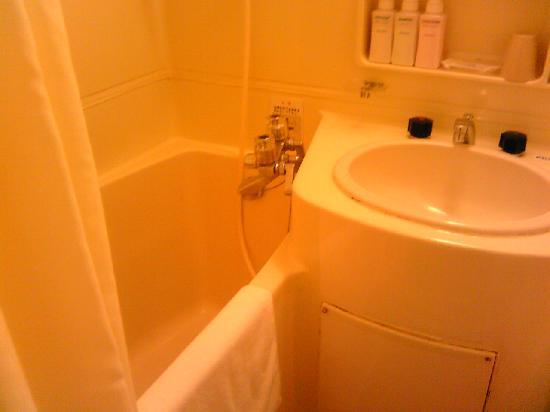 โรงแรมคารินะ: 浴槽,広くはありませんが何とかなる